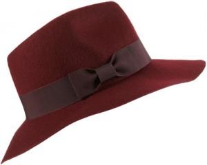 d33b4dfe314 Тази вълнена шапка идва в червеникаво-кафяв цвят и е идеалното допълнение  към ежедневния ви зимен вид. Разполага с контрастна панделка и отпуснат ръб.