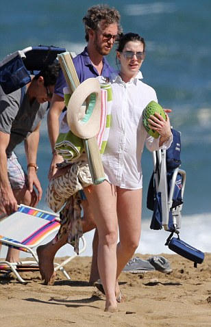 *PREMIUM EXCLUSIVE RATES APPLY* *NO WEB UNTIL 8.30AM PST, JANUARY 5. NO NY PAPERS** A pregnant Anne Hathaway soaks up some sun on the beach while SPENDING CHRISTMAS AND NEW YEAR in Hawaii. Shot on Dec 27