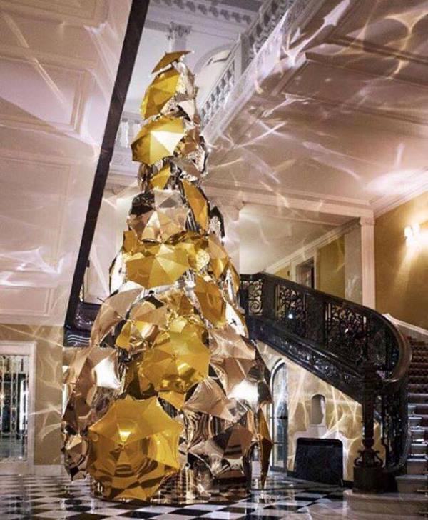 CLaridges_Christmas_tree_burberry