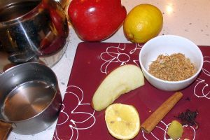 Препоръчва се преди сън да изпиете горещ билков чай с лъжичка мед