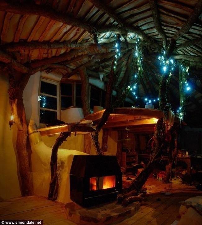 Основната спалня е окачена на тавана и има специално романтично осветление.