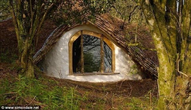 След около 1500 работни часове, Саймън изгражда уютен екологичен дом, използвайте само остатъци.