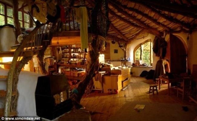 В центъра на къщата е разположена камина на дърва, която отоплява целия дом. Създал е и система, която подава подземен студен въздух, която поддържа хладилника студен.