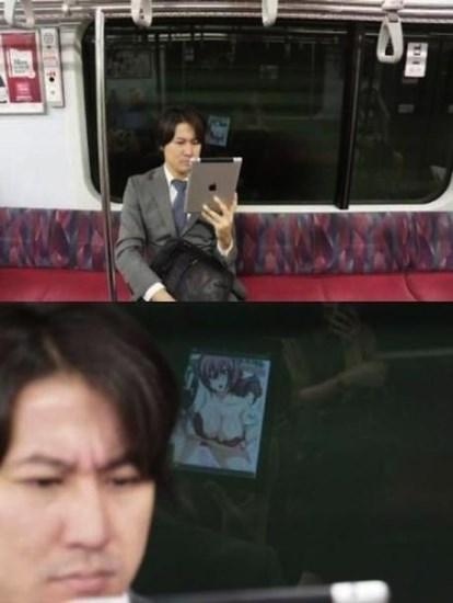 Какво ли гледа този мъж ей така тайничко в метрото