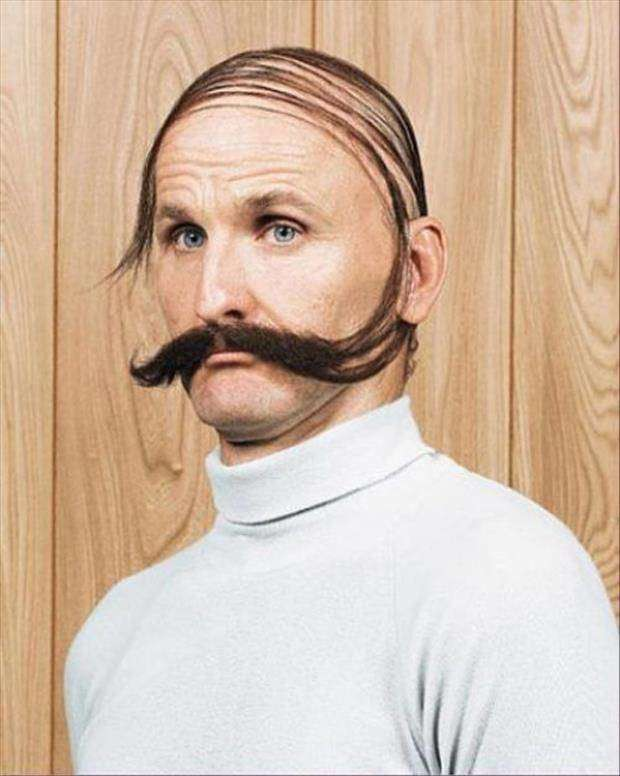 Може да няма коса на главата, но за сметка на това мустакът му расте екстремно!