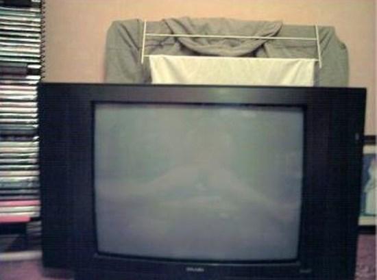 Секси девойка на екрана на телевизора