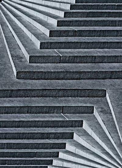 Стълбите отиват нагоре или надолу