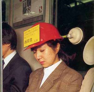 Каска с вакуум, за да не ви пада главата, докато спите в рейса