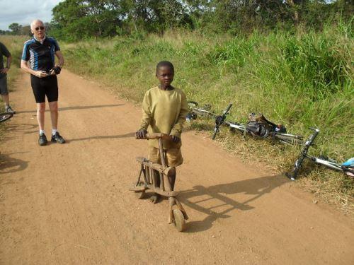 Танзания - малко момченце гордо показва велосипеда си