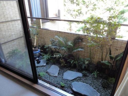 small-balcony-decorating-outdoor-furniture-plants-21
