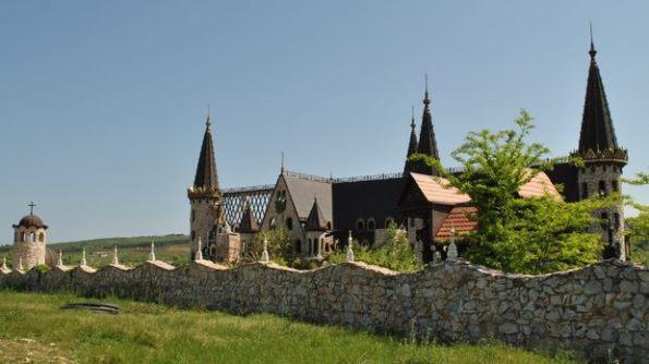 Комплексът съдържа и църква