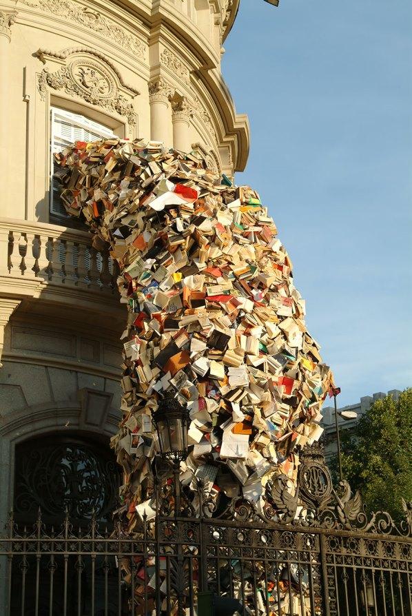 Испания - Книжна скулптура - книги, които се изливат от сграда от Алисия Мартин.