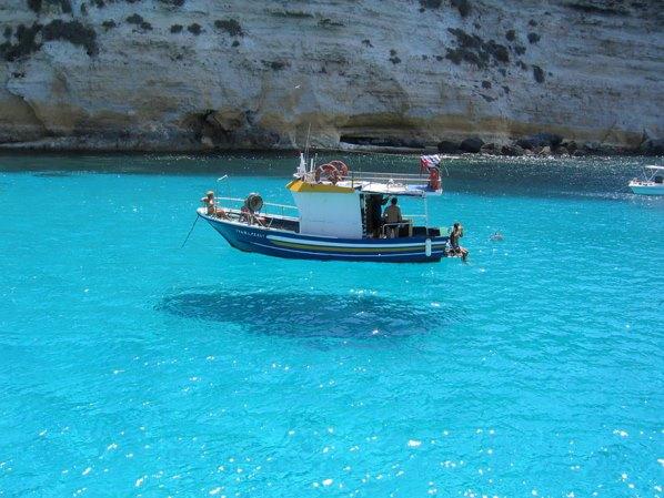 Тази лодка все едно е във въздуха
