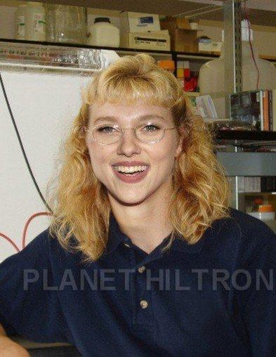 Скарлет Йохансон като сервитьорка в пицария