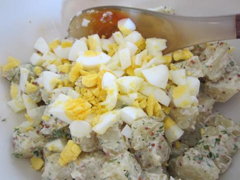 Салата картофи и варени яйца