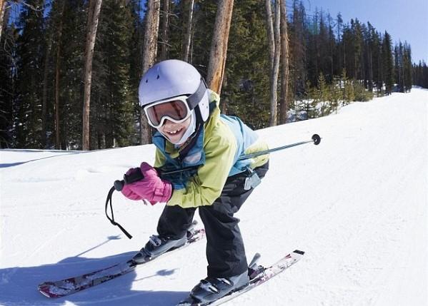Детето кара ски